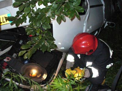 Strażacy pomogli Białorusinowi wydobyć rzeczy z rozstrzaskanego pojazdu