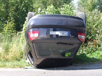 Audi zjechało z drogi do rowu i dachowało