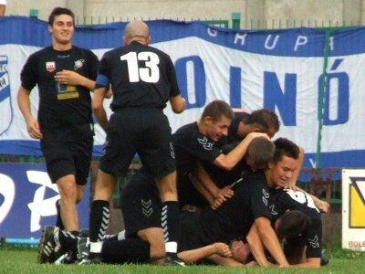 Piłkarze BKS cieszą się po zdobyciu bramki
