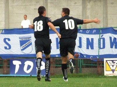 Po zdobyciu bramki Tomasz Jasiński (10) i Adam Popecki (18) wybiegli poza końcową linię boiska