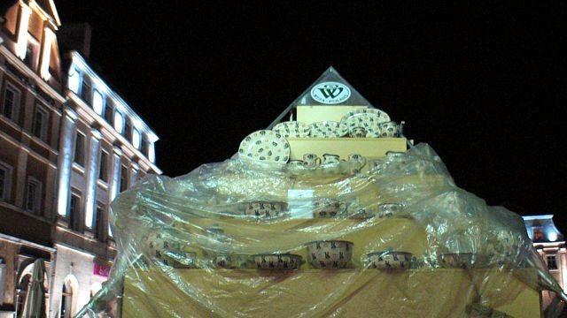 Nie wszyscy wystawiający myśleli o estetyce miasteczka ceramicznego, gdy zamknęli swoje stanowisko. Na zdjęciu owinięta folią piramida wystawiennicza Ceramiki WIZA.