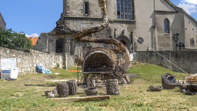 Akwarium Ognia to piec-rzeźba stałego bywalca naszego święta, artysty ceramika, Mateusza Grobelnego