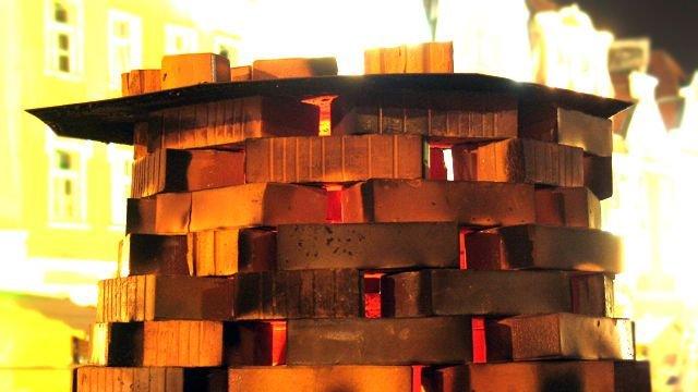 Tradycyjny piec węgierski został wybudowany na skarpie przed Sanktuarium przez uczestników pleneru ceramicznego
