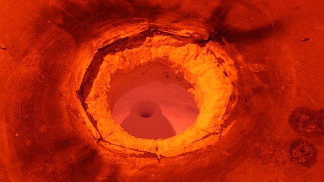 Wypał w piecu Raku. Prezentacja różnorodnych metod wypalania ceramiki to rarytas i rzecz wyróżniająca nasze święto pośród wielu innych. Zdjęcie zrobione w podczerwieni.