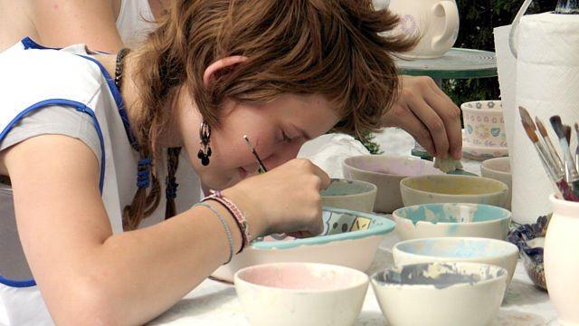 Miasteczko ceramiczne dla dzieci. Cearmicy podziwiali zakochane w glinie bolesławieckie maluchy.