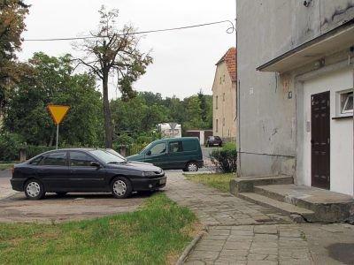 Problem w tym, że za każdym razem, kiedy zaparkuje tam auto ktoś, kto w tym bloku nie mieszka, otwierają się okna i sypią się obelgi – pisze Czytelnik