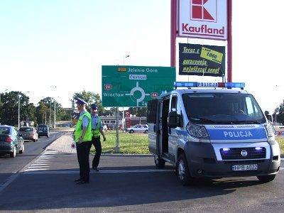 Policjanci pilnowali aby kierowcy nie wjeżdżali na parking przed sklepem