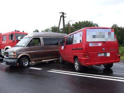 Czerwony Volkswagen uderzył w wycofującą z posesji Savanę