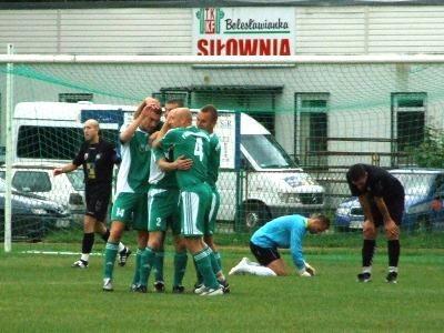 Radość piłkarzy Prochowiczanki po zdobyciu drugiego gola