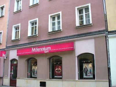 """Na ulicy Prusa pod numerem 2 mieścił się hotel i gospoda """"Pod Czarnym Orłem"""", gdzie dwa razy nocował Napoleon Bonaparte.Obecny budynek to powojenna rekonstrukcja barokowej kamienicy, zniszczonej podczas ostatniej wojny."""