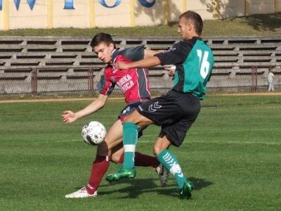 Kamil Mielnik walczy o piłkę