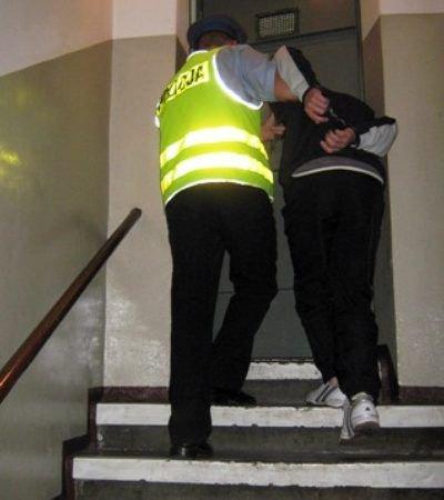 Policjant prowadzi podejrzanego o napad