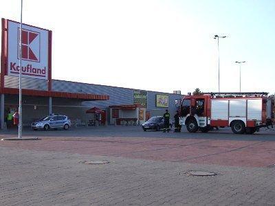 Przed sklepem były policja i straż pożarna