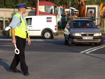 Wjazdu na parking sklepu pilnowali policjanci