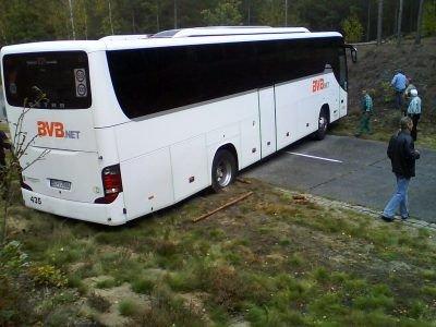 Kierowca autobusu wiozącego niemieckich turystów próbował zawrócić. Pojazd stanął w poprzek drogi