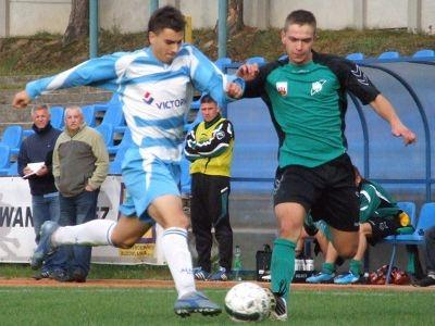 Daniel Góralewski walczy o piłkę