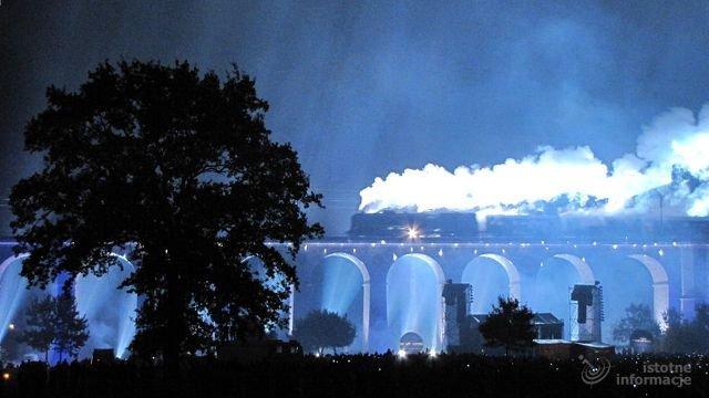 Starodawny pociąg zostawiał za sobą długą, białą smugę dymu