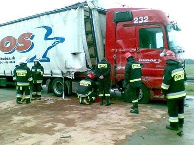 Strażacy zneutralizowali paliwo, która wyciekło po zderzeniu z jednej z ciężarówek
