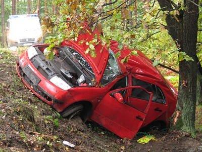 Samochodem podróżowały trzy osoby, dwie z nich zostały poważnie ranne
