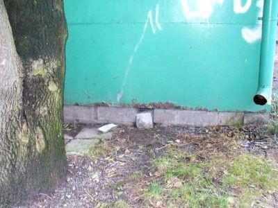 Dół pod kioskiem Ruchu, gdzie został uwięziony kotek. Oprawca zablokował otwór kamieniem, by zwierzątko nie mogło się wydostać