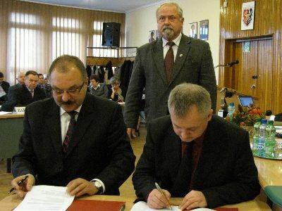 ...starosta Cezary Przybylski i członek Zarządu Powiatu Bolesławieckiego Dariusz Kwaśniewski