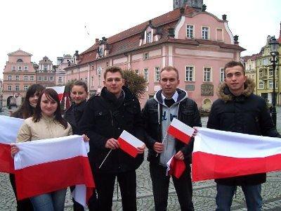 Członkowie FMS rozdali bolesławianom 350 flag