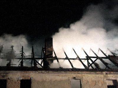 Dach i poddasze domu spaliły się kompletnie
