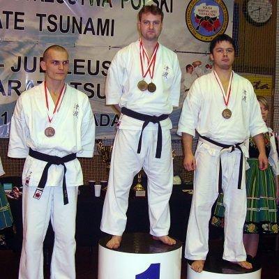 Medaliści Mistrzostw Polski w Karate Tsunami w 2009 r. w konkurencji jiyu-kumite, od lewej Mariusz Kowalski 2. DAN Łęczyca, Sławomir Graff 3. DAN Bolesławiec, Daniel Bogusz 5. DAN Łowicz