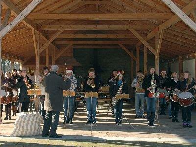 Wszystkim zgromadzonym w Ośrodku Wodno-Sportowym przygrywała Orkiestra  Zespołu Szkół Ekonomiczno-Technicznych w Rakowicach Wielkich