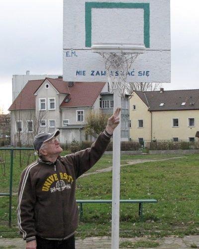 Eugeniusz Michalak na własny koszt zamontował kosz do gry w koszykówkę