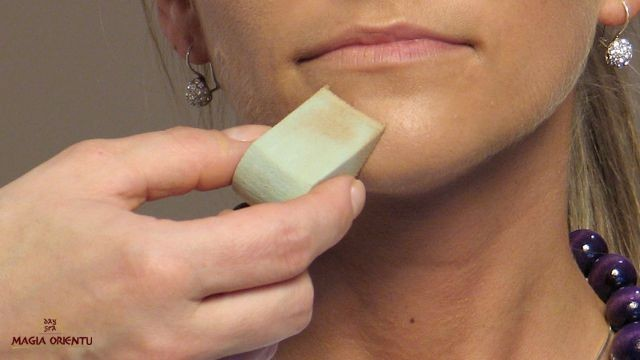 Dobieramy pigmenty odpowiednie do barwy cery. Pani Katarzyna ma ciemną karnację i chce mieć makijaż delikatny. Do jej cery (bez widocznych mankamentów) stosujemy lekki, średniokryjący podkład. Używamy gąbki lateksowej, by rozprowadzić dokładnie podkład na twarzy.
