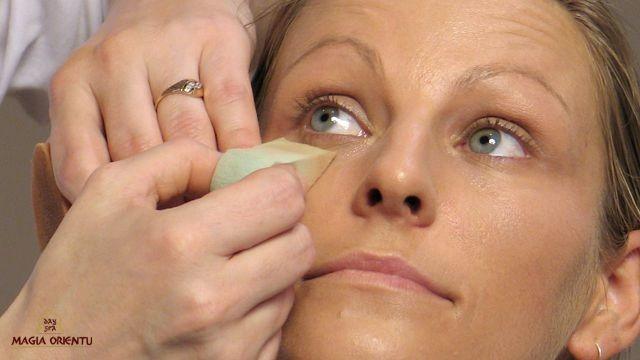 Końcem gąbki możemy rozetrzeć podkład lub korektor w okolicach oczu, jak również zatrzeć krawędzie przy modelowaniu twarzy. Gąbką możemy również zebrać nadmiar podkładu. Jeśli będzie go zbyt dużo – zroluje się, tworząc nieładne bruzdy.