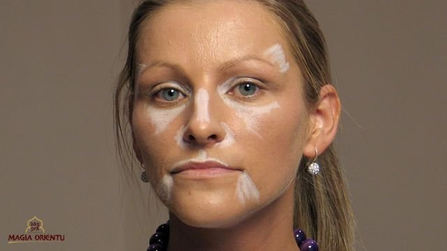 Dążymy do zbudowania nowego owalu twarzy. Robimy korektę oczu. Jeżeli są blisko osadzone, będziemy chcieli zwiększyć ich rozstaw. Jeśli są sińce lub cienie pod oczami, kredka je również rozjaśni. Za jej pomocą powiększamy usta. Korygujemy i wysubtelniamy kształt nosa. Za pomocą gąbki lateksowej wklepujemy rozjaśnienia w podkład. Uważamy, aby nie pozostawić białych plam. Przejścia pomiędzy rozjaśnieniami a podkładem właściwym zacieramy gąbką. z-index: 0