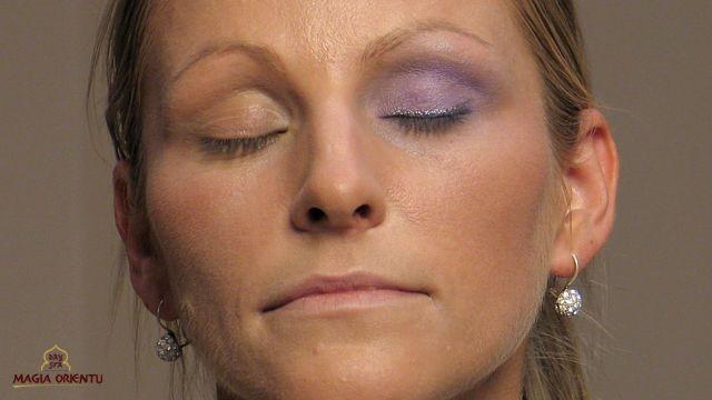 Malując oczy nakładamy na górną powiekę bazowy cień w kolorze naturalnego beżu. U pani Katarzyny zastosujemy dwa kolory cieni: fioletowy i granatowy oraz opalizujący cień w sztyfcie, który dodatkowo rozświetli oko. z-index: 0