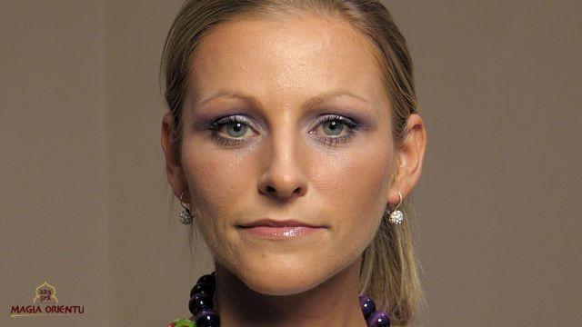 Efekt końcowy makijażu z korektą owalu twarzy.