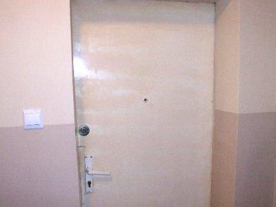 Aby dostać się do mieszkania strażacy musieli wyważyć drzwi