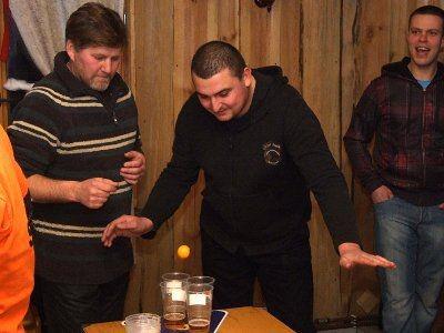 Jeżeli piłeczka wpadnie do kubka zawodnik będzie musiał wypić zawrtość kubka