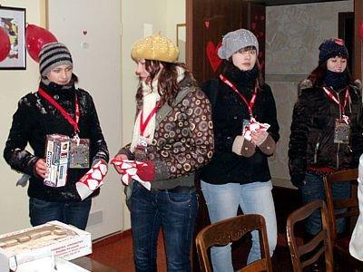 Wolontariuszki w siedzibie bolesławieckiego sztabu oddają wypełnione pieniędzmi puszki