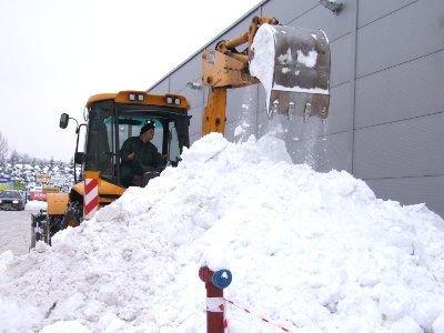 Śnieg z dachu jednego z bolesławieckich supermarketów