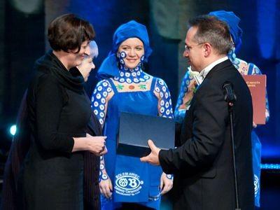 Jadwiga Sarzyńska odbiera nagrodę z rąk prezydenta