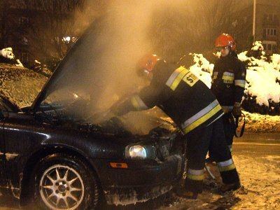 Ogień pojawił się pod maską samochodu Volvo