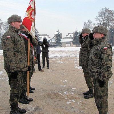 Jednym z najważniejszych elementów uroczystości było przekazanie sztandaru jednostki nowemu dowódcy
