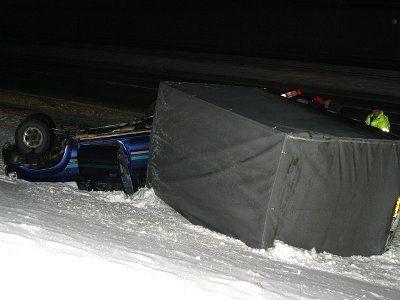 Samochód prawdopodobnie wpadł w poślizg, zjechał z autostrady i dachował