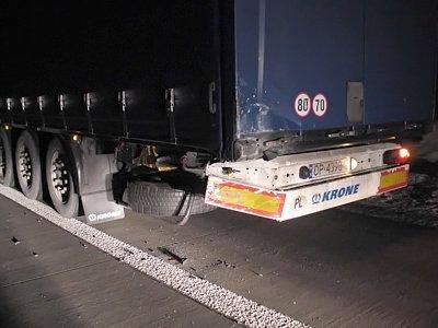 W ciężarówce uszkodzone zostały jedynie fragmenty zderzaka i drzwi