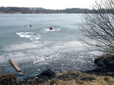 Nieroztropni mężczyźni wędkowali na roztapiającym się lodzie