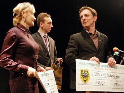 Pierwszy z prawej: Mariusz Sulma, szef UKS Ilyo