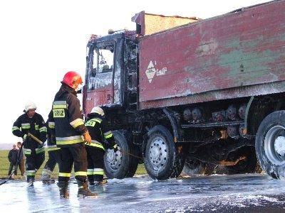 Strażacy zapobiegli przeniesieniu się ognia na cały pojazd