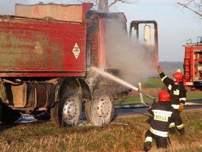Ciężarowy Man zapalił się na drodze między Wartą Bolesławiecką a Iwinami