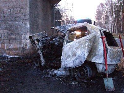 Fiat Punto uderzył w filar betonowego wiaduktu
