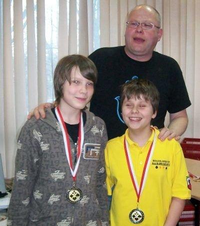 Norman Lippik (pierwszy z lewej), Rafał Molenda i Marek Markowski, trener kadry juniorów